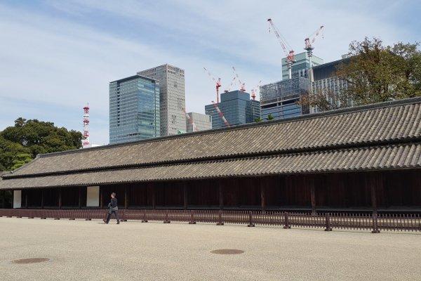 오오테문 쪽으로 들어가면 보이는 옆으로 길쭉한 단정한 건물, 햐쿠닌반쇼.
