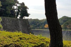 기타하네바시 쪽에서 본 황거를 둘러싼 해자의 잔잔한 물.