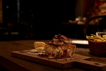 <p>One of the better and creative cheesecakes: banana cheesecake with caramel sauce</p>