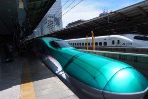Le train à grande vitesse Hayabusa de la JR East Line