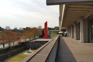 도쿄 국립 근대 미술관의 베란다와 단풍이 들기 시작한 기노쿠니 언덕길의 가로수.