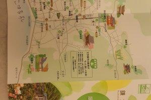 가마쿠라 산책 지도. 가마쿠라 역을 중심으로 절과 신사, 그리고 바다가 펼쳐진다.