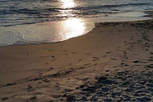 늦은 오후의 햇살에 빛나는 시치리가하마 해변.