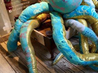 У самых дверей вас приветствует огромный осьминог