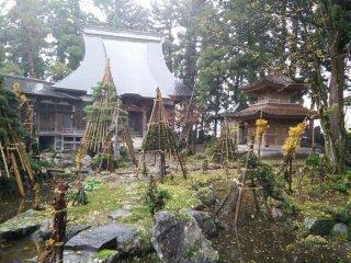Заброшенный храм на рисовых полях