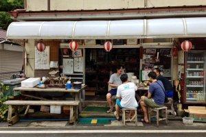 Mặt tiền Cửa hàng Kametani vào tháng Bảy