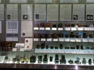 Sejarah perkembangan fotografi juga dapat dipelajari dari lemari kaca di bagian belakang museum.