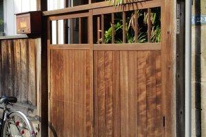 골목길에서 마주친, 드르륵 문 여는 소리가 들릴 듯한 옛스러운 현관문.