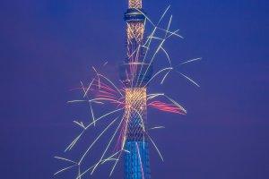 도쿄 스카이트리 앞 컬러풀한 불꽃놀이
