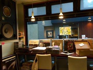 Внутри кафе - уютная и расслабляющая атмосфера