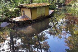 작은 연못에 한가로이 떠 있는 배. 나뭇잎에서 물방울이 톡 떨어져, 잔물결이 있었다.
