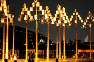 Эти высокие фонари называются Гохэй Андон.