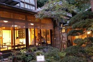 압도적으로 서양식인 지유가오카에서 유난히 따스한 불빛으로 눈길을 끓었던일본식 레스토랑 '고소안'