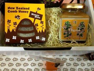 Подарочный набор с медом в сотах и тимьяновым медом