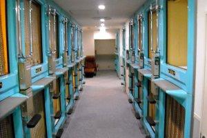 Plusieurs cabines dans un capsule hotel