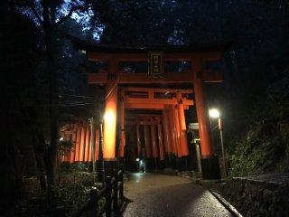 Jalan Torii (gapura) terbuka sepanjang malam, namun tidak biasa orang mendakinya pada malam hari, terutama saat hujan.