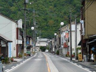 ถนนหลักที่วิ่งไปยังสถานีรถไฟ