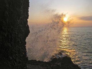 Những con sóng cố bắt lấy mặt trời
