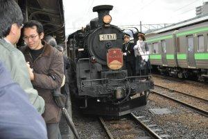 Steam Locomotive Niseko pleasing the crowds in Otaru
