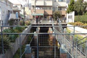住宅街の真ん中に突如現れる地下水槽