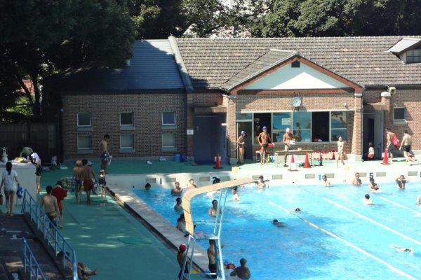 プール管理棟 屋根にはジェラール瓦が使われている