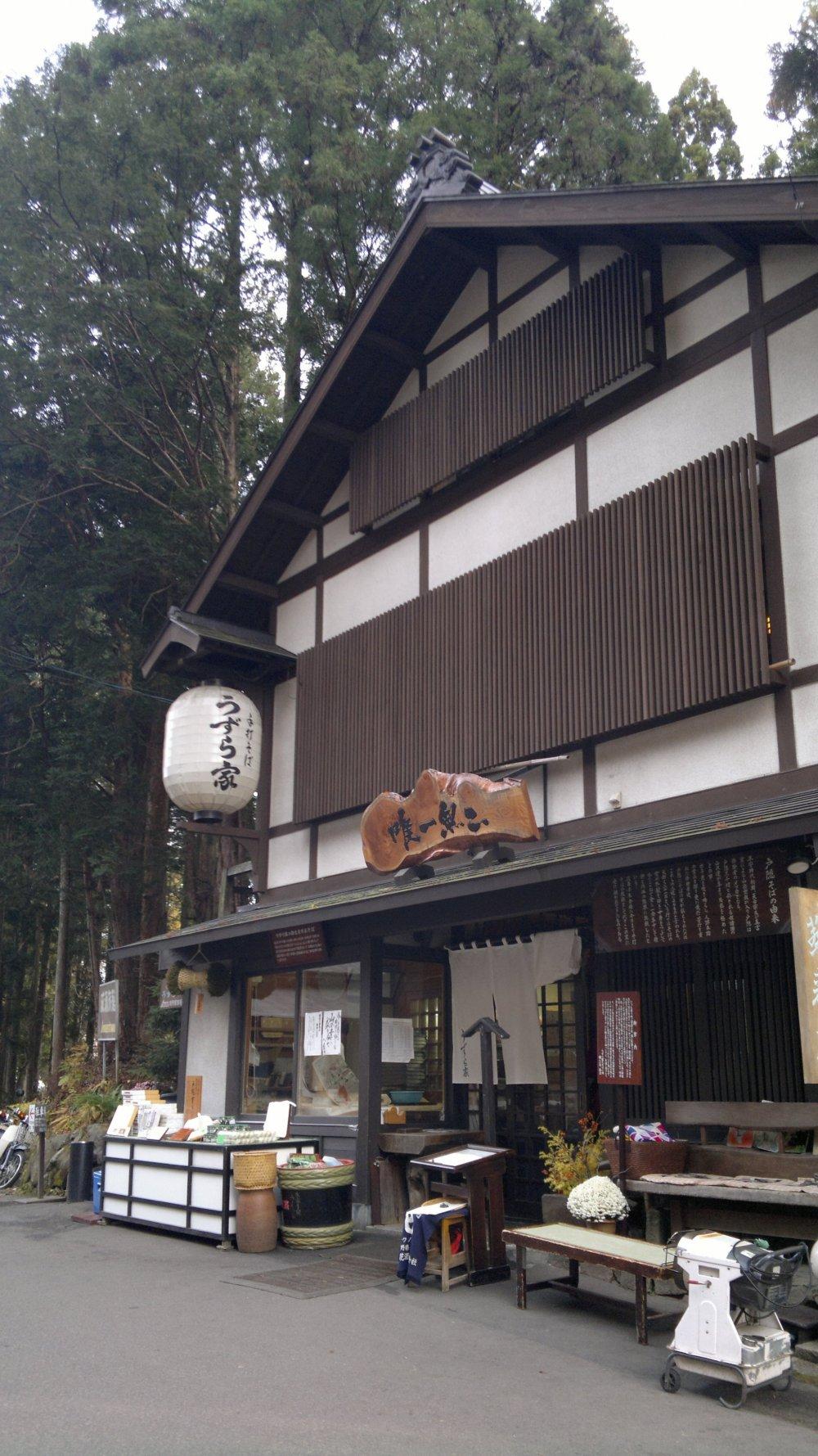 Nhà hàng mang lại cho bạn cảm giác tĩnh lặng cùng với kiến trúc Nhật Bản truyền thống