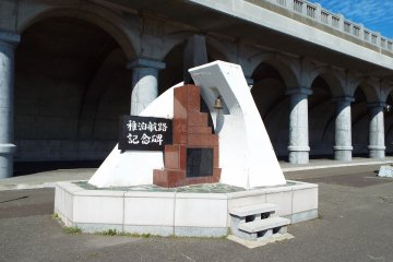 <p>Monument commemorating the shiiping route&nbsp;between Wakkanai and Russi</p>