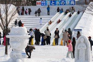 Um escorrega de gelo no Festival Neve & Gelo em Onuma, Hakodate