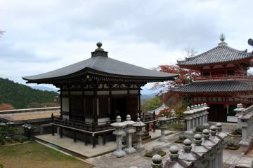 <p>The Jigendo Hall, stone lanterns and another building.<br /> &nbsp;</p>