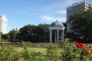 春から秋にかけて2000株のバラが咲くヴェルニー公園