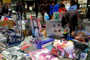 <p>The flea market attracts a lot of onlookers and passers-by, including myself</p>