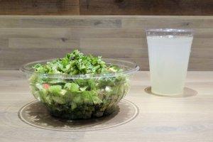 Một món salad và nước chanh tự làm cho một bữa trưa đầy đủ
