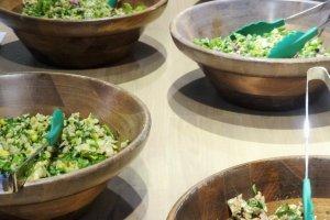 Một lựa chọn các món salad tươi xắt nhỏ