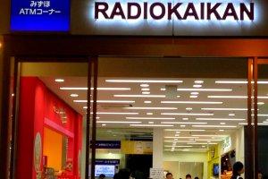 Lối vào tòa nhà 10 tầng của Radio Kaikan ... Chào mừng bạn!