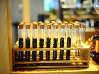 Các ống nghiệm gợi ra cảnh phòng thí nghiệm cà phê