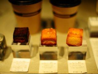 Bánh mì ăn nhẹ hình lập phương phết bơ được bày bán