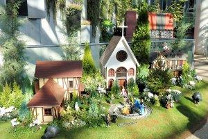Pajangan Natal berupa sebuah 'taman miniatur.'