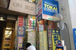 Các cửa hàng giảm giá như Tokai có thể bán phiếu giảm giá tàu hoặc máy bay để được giảm giá tới 5%