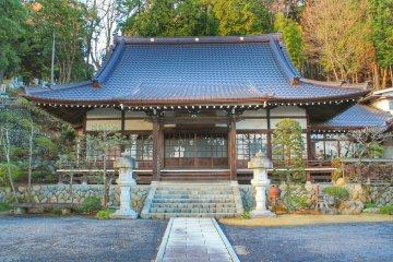 Храм Дзёган расположен между станциями Омэ и Хигаси-Омэ