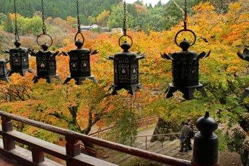 <p>Lanterns in the main prayer hall</p>