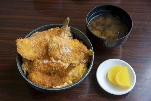 ฟุกุด้ง (Fugu-don)ข้าวหน้าปลาปักเป้าชุบเกล็ดขนมปังทอดราดด้วยไข่ข้นเมนูขึ้นชื่อของมินชวูกุ เรียวกัง ซาซานามิ (Minsyuku Ryokan SAZANAMI)