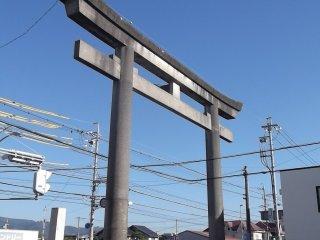 O grande portão torii no início do caminho para o santuário
