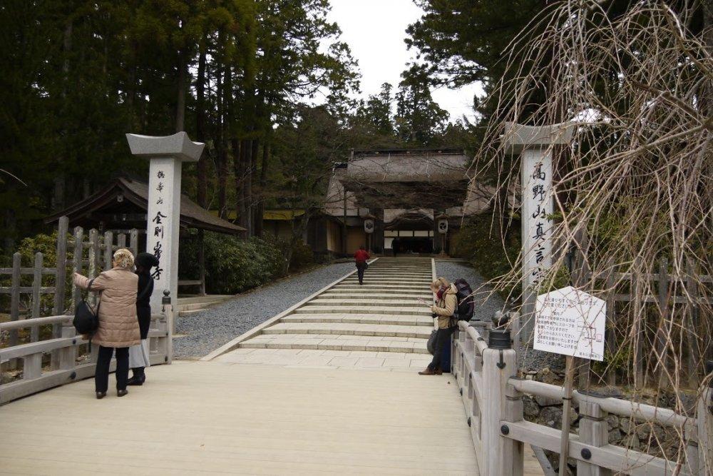 ประตูหลักของวัดคอนโกะบุ-จิ (Kongōbu-ji)