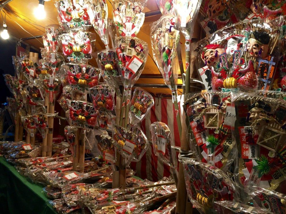 """Kazari Kumade"" is sold on the street to the shrine."