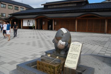 <p>คุณจะพบกับผมในทุกมุมเมืองวะคุระ ออนเซ็น ( Wakura Onsen)</p>