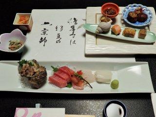 โอะคะมิ-ซังเขียนกลอนให้แก่แขกแนบมาพร้อมกับอาหารเย็น