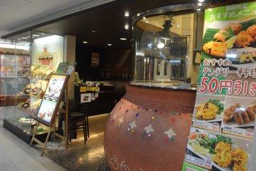 <p>บริเวณทางเข้าหน้าร้านของสาขา Yodobashi Kichijoji</p>