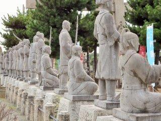 Người ta nói rằng các bức tượng đã được chạm khắc với trang phục họ mặc trong vụ ám sát Yoshinaka Kira.
