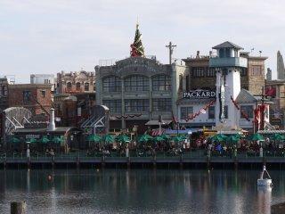 โซนพลาซ่าที่มีทั้งร้านอาหารและร้านขายของที่ระลึก