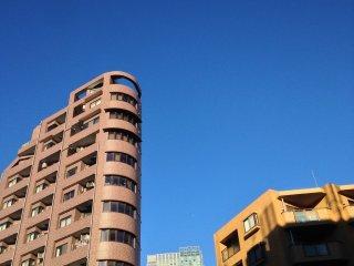 Langit biru nan cerah membalut Roppongi